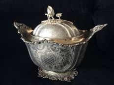 Silver tureen with engraved ornamental decorations, the manufacturer is unknown, probably from the United Kingdom and it is possibly from the second half of the 20th century