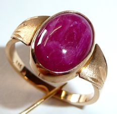 Gold 14 kt / 585 ring with large natural ruby cabochon of approx. 6.5 ct  Size 59 / 18.8 mm - adjustable