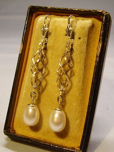Earrings with genuine white cultured pearls