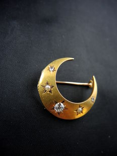 Crescent moon brooch in yellow gold, diamonds, and fine pearls – Circa 1900