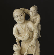 Ivory okimono Fisherman and two boys, signed - Japan - ca. 1900 (Meiji period)