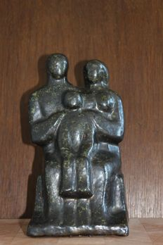 Plaster statue depicting a family