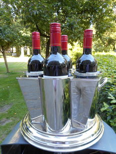 Luxurous wine cooler for four bottles with a special reservoir for ice cubes in the middle.