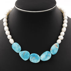 Necklace with silver clasp, freshwater pearls of 10 mm in diameter, and irregular-shaped turquoises of 26.60 mm x 19.50 mm - ***No reserve price***