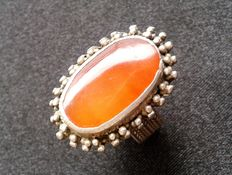 Ring in amber set on silver.