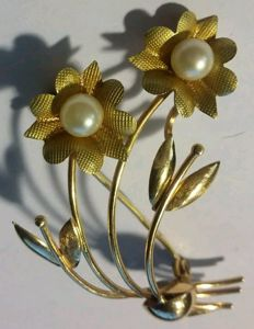 18 kt gold brooch with two cultivated pearls. No reserve price.