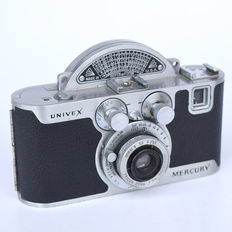 Universal Mercury CC camera with 35 mm f 1 : 3.5 lens and rotating shutter period around 1940 and the accompanying flash.