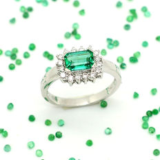 18 kt gold ring with emerald and diamonds, 1.31 ct total – Size 15/55