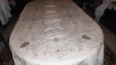 Banquet tablecloth in 100% linen (2.65 m x 1,70 m) with a complete hand made embroidery from Madeira, Portugal, decades of 1950/60