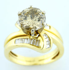 18 kt gold ring with brilliant-cut central diamond of 2.62 ct  (IGE certificate) and 24x baguette-cut diamonds