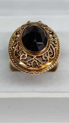 14 kt yellow gold ladies ring put with a beautiful garnet.