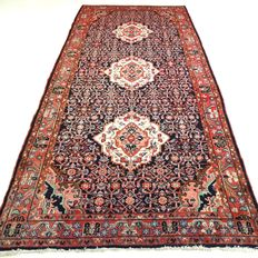 "Hamadan – 330 x 147 cm – ""Impressive, richly decorated Persian carpet in beautiful condition""."