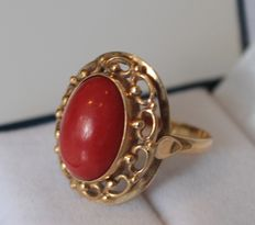 Yellow gold ring inlaid with coral