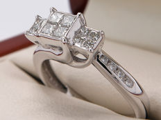 White gold diamond entourage ring with approx.