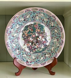 Large, hand-painted, Famille Rose dish - China - second half 20th century.
