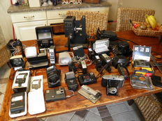 Large lot analogue photography, including multiple flashes, cameras, some viewers, Kodak Eight projector from ca. 1935, URetc.etc, slide supplies