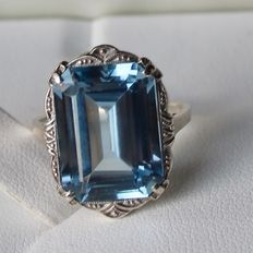 Antieke elegant ring decorated with light blue rectangular Aquamarine color stone approx.16x11,5mm. Excellent state.