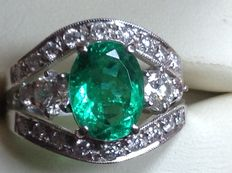 18 kt white gold ring with emerald and diamonds totalling 3.36 ct. S: 54/55.