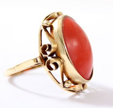 14 kt Gold ladies' ring with red coral
