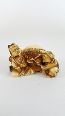 Ivory netsuke, red seal singed to base - Japan - late 19th century