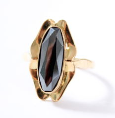 Yellow gold ring of 14 kt set with an oval Hematite