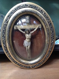 Antique crucifix in gold-plated frame with convex glass - Belgium - First half of the 20th century