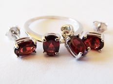 925 silver ring with garnets. Ring diameter: 17.5 mm