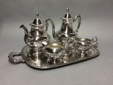Silver plated tea- and coffee set on a serving tray, Oneida, U.S.A, ca 1930