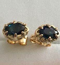 18 kt (750/1000) yellow gold earrings in button style, with good colour natural sapphire gemstones of 0.84 ct in prongs settings.