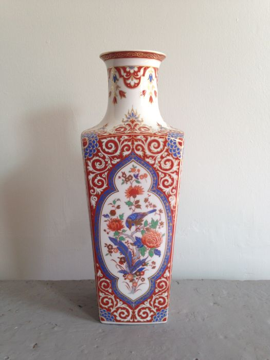 large kaiser ming vase oriental pattern with birds and flowers gilt details