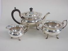 Exquisite tea Set 3 pieces with crenellated edge and legs by JAMES DEAKIN & SONS 1900