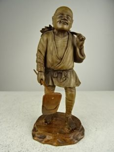 Fine boxwood carving of a radish picker - Japan - Meiji period (1868-1912)