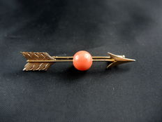 Antique arrow brooch made of gold and coral - 19th century