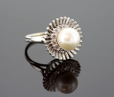 18K White Gold Ladies Ring With Freshwater Pearl ( 3.5 CT ) and Diamonds ( 0.26 CT Total ) c.1970