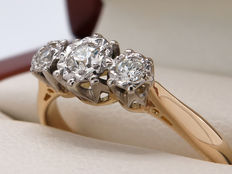 18 kt gold & white gold ring with 3 brilliant cut diamonds, approx. 0.18 ct / Ring size 15.4 mm.