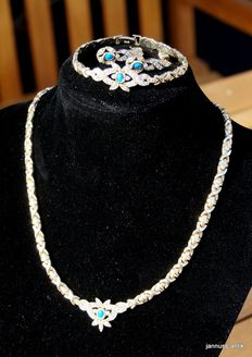Wonderful jewellery set 14kt gold necklace, bracelet and earrings with turquoise and sapphires