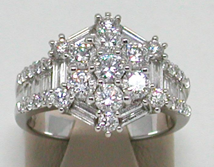 Diamond cluster cocktail ring total: 3,20ct.