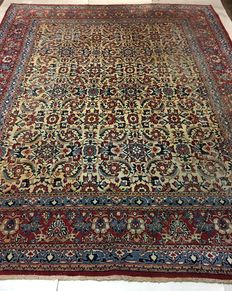 Persian Isfahan carpet, 345 x 268 cm