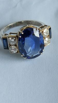 Ring from the 1950s with untreated Ceylon sapphires for 5.5 ct and diamonds.