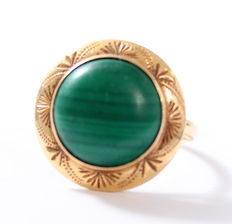 Yellow gold ring of 14 kt set with a round malachite