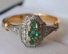 18 kt yellow gold ring set with diamonds, with a total of 0.20 ct, and emerald: ring size: 16.75
