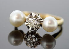 Yellow Gold Ladies Ring with fresh water pearls and a Diamond 0.20 ct c. 1940