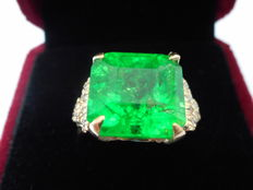 Gold ring with emerald and diamonds to the sides