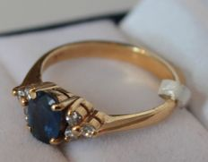18 kt yellow gold ring set with diamond, 0.18 ct and sapphire, ring size 17.25