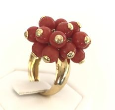 Important 'boule' ring in 18 kt yellow gold, decorated with a bunch of 20 moveable Mediterranean coral pearls.