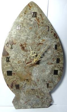 Fine clock carved in fossil stone - 1.150 kg - 35 x 21 cm