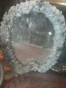 Horseshoe-shaped mirror with a frame composed of 50,000 iridescent blown glass pieces depicting a floral motif - 1850s