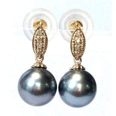 Earrings with silver grey Tahitian pearls, 10.8 mm in diameter and 4 diamonds