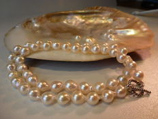 Freshwater pearl necklace - 925 silver clasp. The length of the necklace is 46 cm.