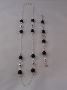 Ladies 925 Silver necklace and bracelet with Onyx Weight: 32.80 g.  Length necklace: 62 cm. Length bracelet: 19 cm.